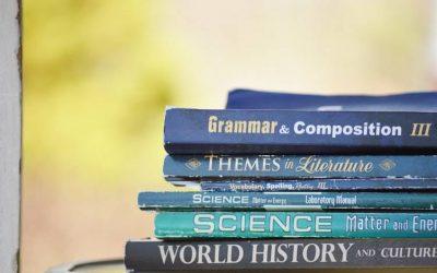libros en ingles apilados. estudiar inglés en australia