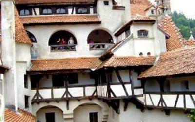 casa grabde blanca con techos de tarracota