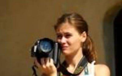 mujer sosteniendo camara de fotos. periodismo