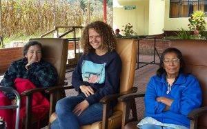 tres mujeres sentadas en sillas