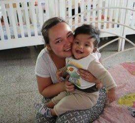mujer abrazando bebe.