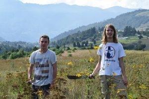 dos hombres parados en las praderas. voluntariado en guatemala