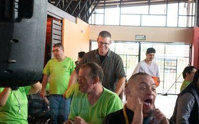 grupo de personas riendo. voluntariado en educación especial.