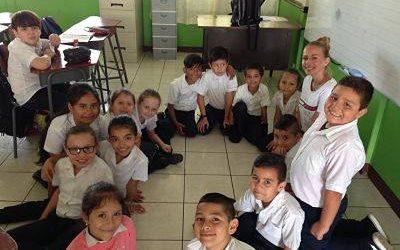 niños con uniforme sentados en el piso en ronda. cuidado de niños en guarderías