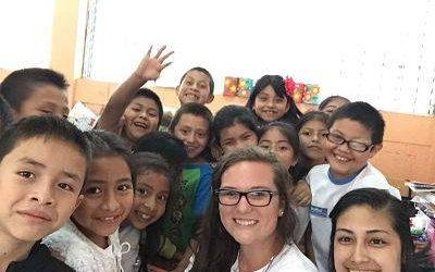 niños y maestras tomandose una autofoto. voluntariado en cuidado de niños en guatemala