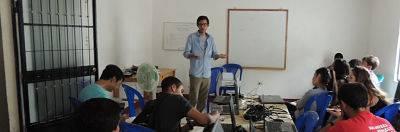 profesor al mande la clase. prácticas en microfinanzas