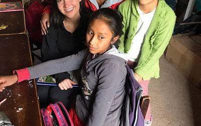 niños jugando y sonriendo. voluntariado en cuidado de niños en perú