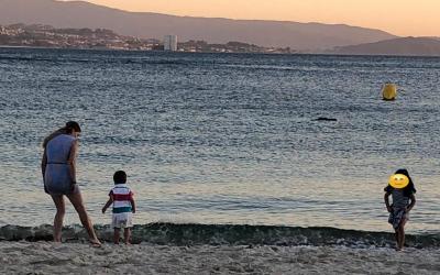 niñera cuidando de niño frente al mar. au pair en españa