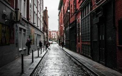 callejuela de piedras y edificios de colores a los costados. pasantía en dublín