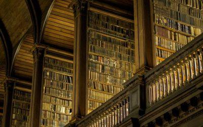 biblioteca de paredes altas repletas de libros