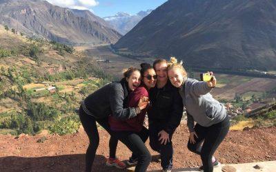 grupo de amigas tomandose selfie en las montañas