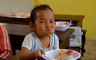niña comiendo de plato hondo con cuchara