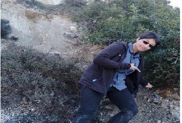mujer caminanado por la montaña con anteojos
