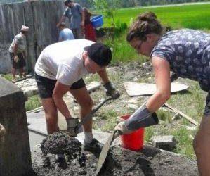 Voluntariado mejorando instalaciones educativas en Nepal